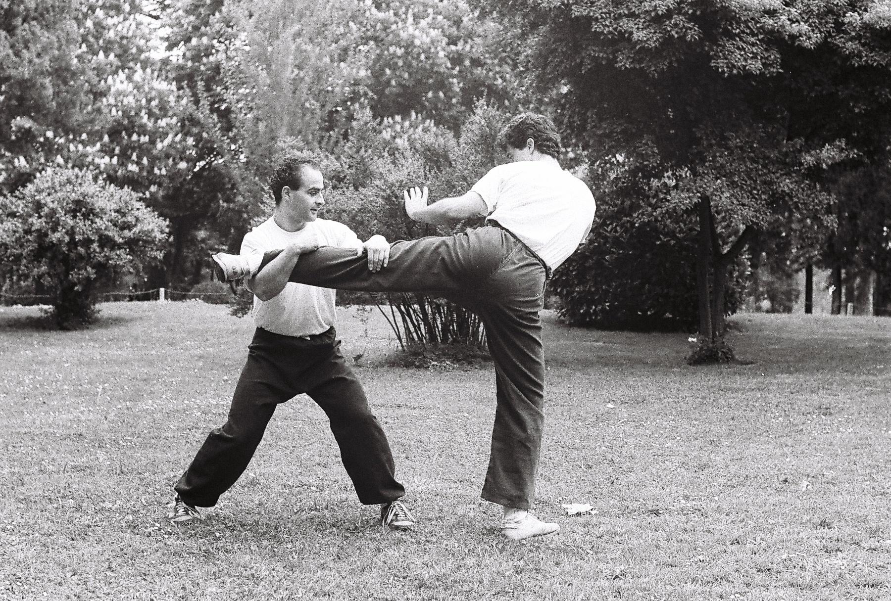 Técnica Sanda/Sanshou (Kung Fu): atrape patada circular y proyección (1987-8) Atrape Preparación de la proyección Comienza la proyección Proyección